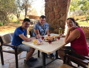 Broodjes 'Boerewors' eten op het terras van de bungalow