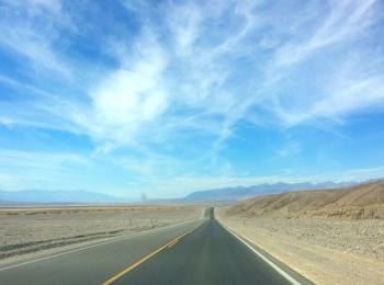 Eindeloos lange snelwegen in Death Valley