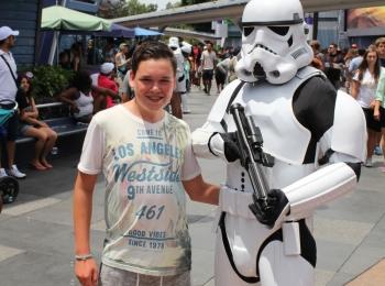 Hugo met een Startrooper in Disneyland California