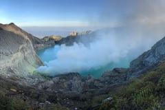 Helderblauw kratermeer op vulkaan Ijen