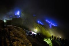 Blauw vuur in de krater van vulkaan Ijen