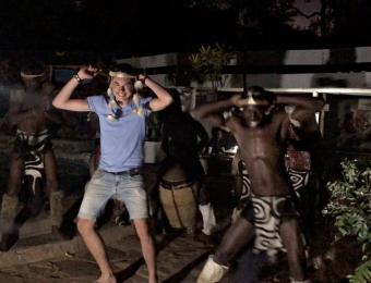 Hugo-danst-met-Zimbabwaanse-dansgroep