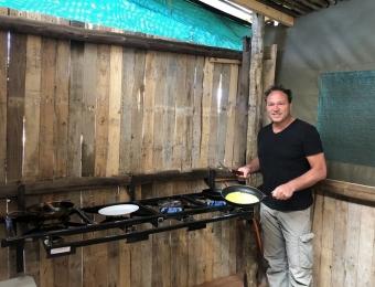Ontbijt-klaarmaken-in-Nzabii-Cottages-