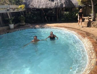 Zwemmen-in-Victoria-Falls-Backpackers-Lodge