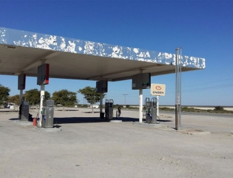 Eenzame benzinepomp bij Mopipi