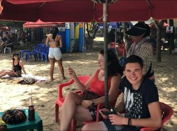 We komen niet van de strandverkopers af op de Kuta Beach