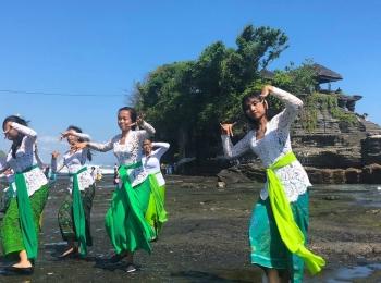 Danseressen bij Purah Tanah Lot