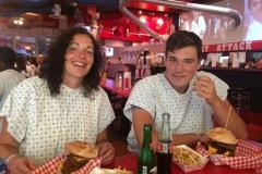 De 'kleinste' burger in the Heart Attack Grill