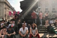 Straatmuzikanten luisteren op Piccadilly Circus