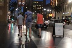 's Avonds lopen we over Hollywood blvd naar het motel