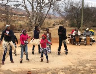 Afrikaanse dansers bij de ingang van Bourke's Luck Potholes