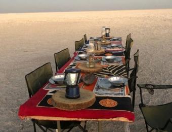 Diner op de Makgadikgadi Pans