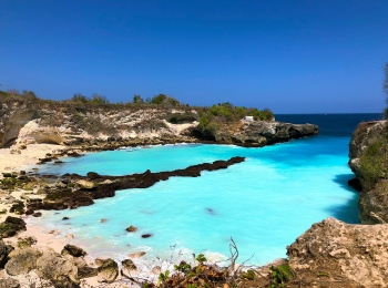 Onwerkelijk blauw water in the Blue Lagoon op Nusa Ceningan