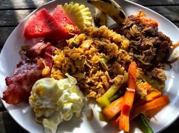 Indonesisch ontbijt bij Dream Beach Huts