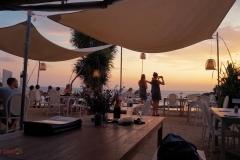 Sandy Bay Beach Club bij zonsondergang