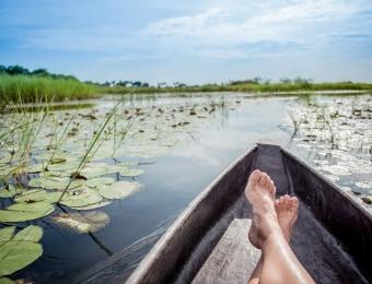 Blootsvoets relaxen in de boot