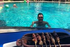 Sate bij het zwembad