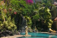 Ontspannen bij het zwembad in Parigata Resort & Spa