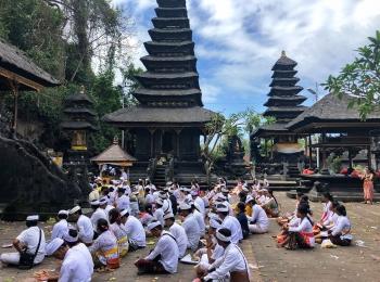 Hindoeïstische ceremonie in Goa Lawah