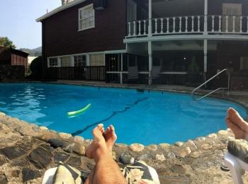 Ontspannen bij het zwembad van het Gunn House Hotel