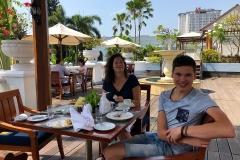 Onbijten op het dakterras van  Hotel Majapahit