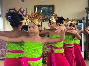 Balinese danseresjes tijdens de lunch