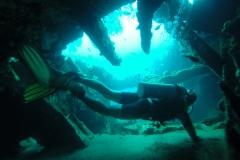 We zwemmen door de binnenkant van het scheepswrak