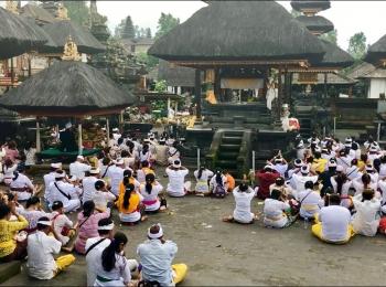 Ceremonie bij de Pura Besakih