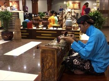 Gamelan speler in het Prima Plaza Hotel