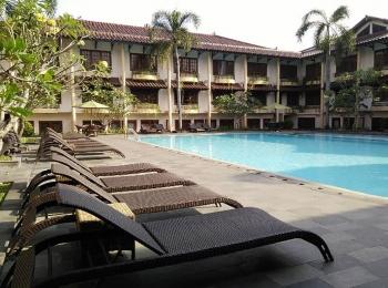 Zwembad in het Prima Plaza Hotel