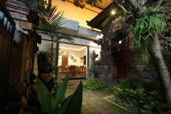 Tegen de nacht komen we aan in Surya Inn in Kuta