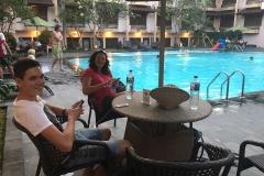 Bij het zwembad van Prime Plaza Hotel