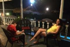 Een drankje op het balkon in het Gunn House Hotel