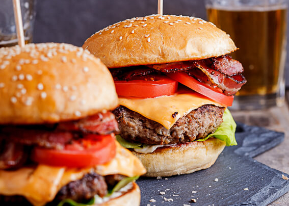 Een klassieke hamburger met 100& rundvlees, kaas en bacon