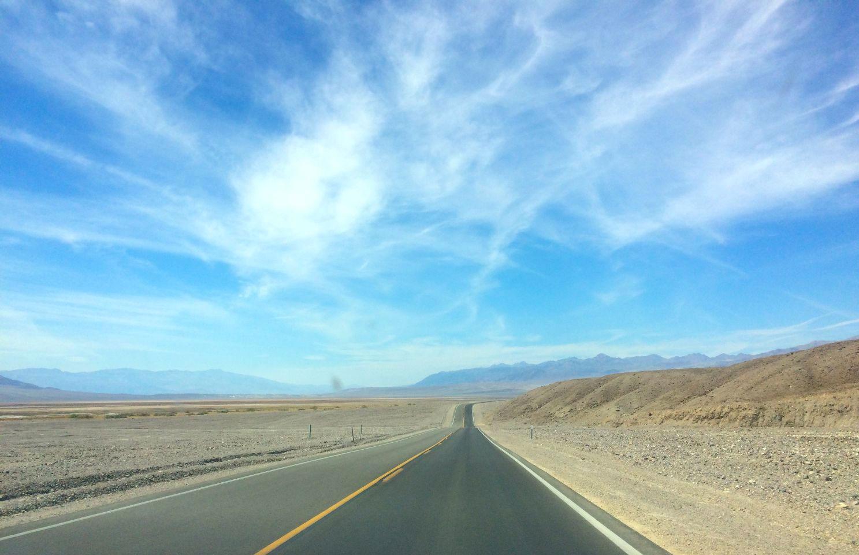 Eindeloze snelweg in Death Valley