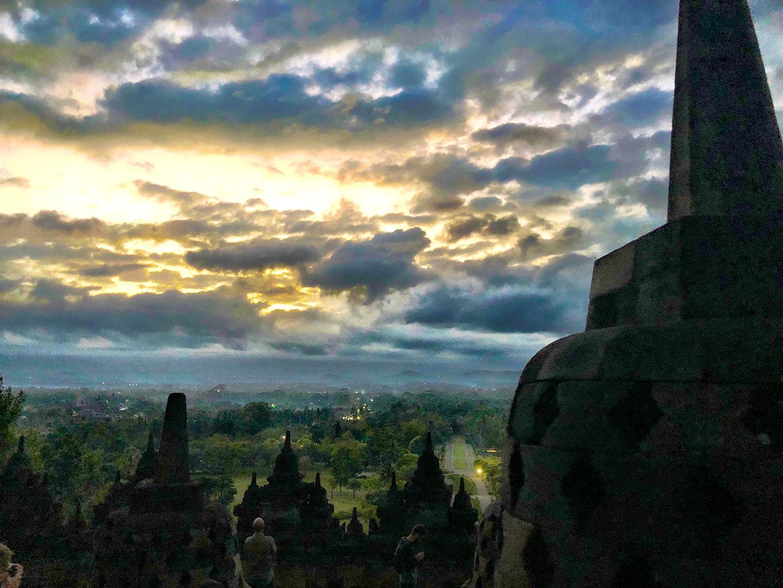 De zon komt op bij de Borobudur