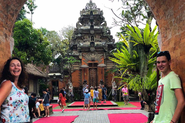 Bij de ingang van Ubud Palace