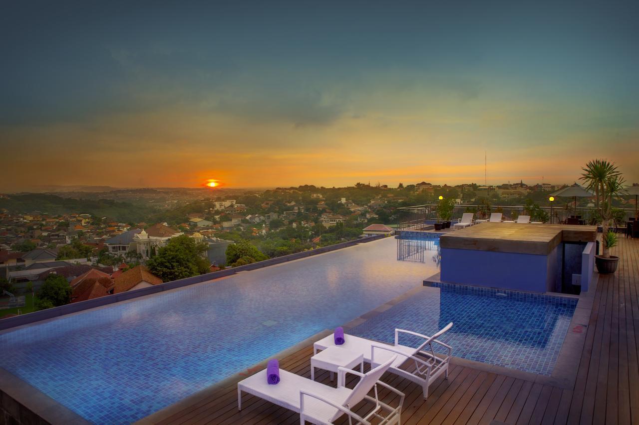 Infinity Pool van Grand Edge Hotel in Semarang
