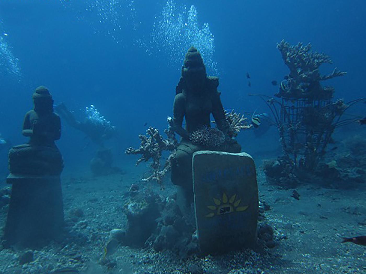 Boeddhabeelden onderwater in Tulamben