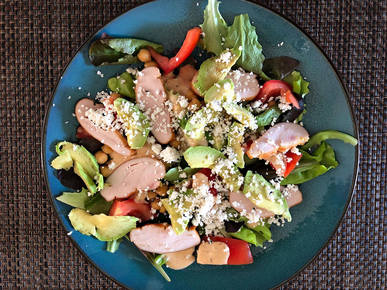 Midden-oosterse-salade met avocado en gerookte kip