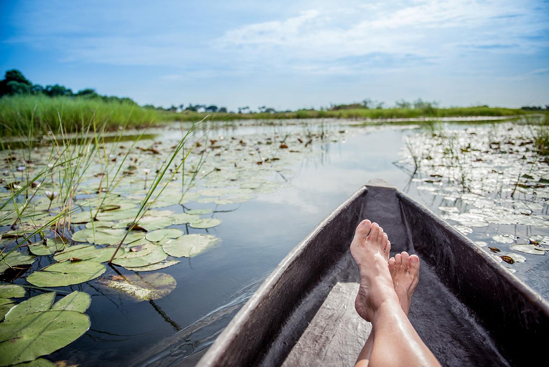 Blootsvoets relaxen in de mokoro boot