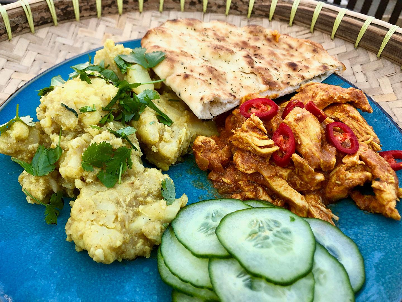 Indiase kip- en bloemkoolcurry met naan brood