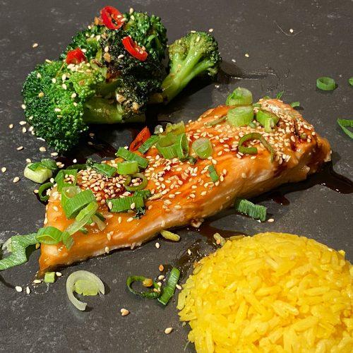 Zalm Teriyaki met broccoli en gele rijst