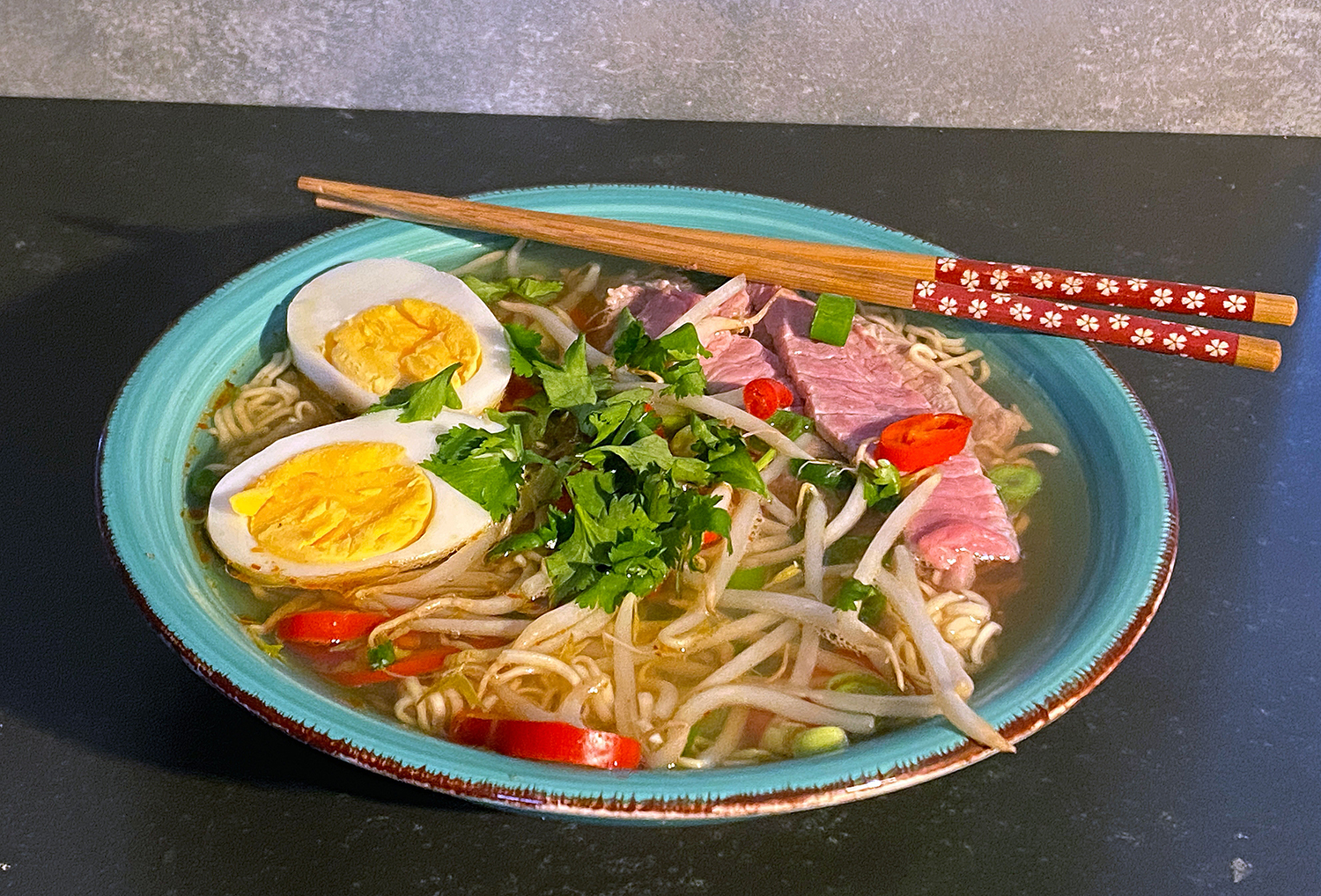 Noodlesoup with fresh vegetables and beef