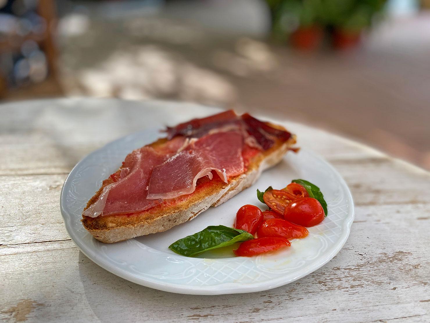 Tostada-con-tomate-y-jamon-de-serrano
